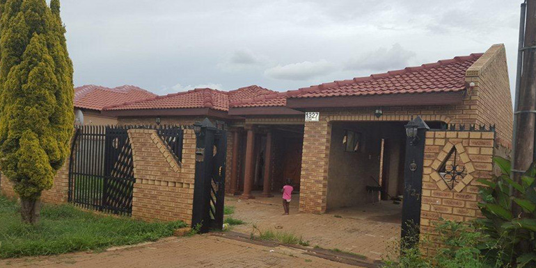 MAGNIFICENT 3 BEDROOM HOUSE WITH 2 BATHROOM, LOUNGE
