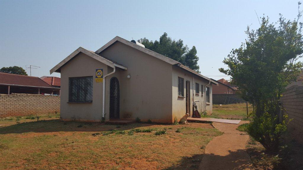 3 BEDROOM HOUSE IN LENASIA SOUTH MASTERS REF: 15728/2008
