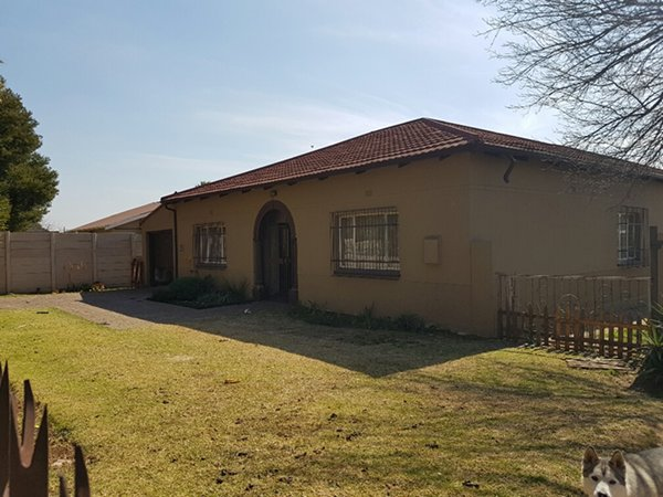 4 Bedroom with separate Cottage on 1115m2 Land